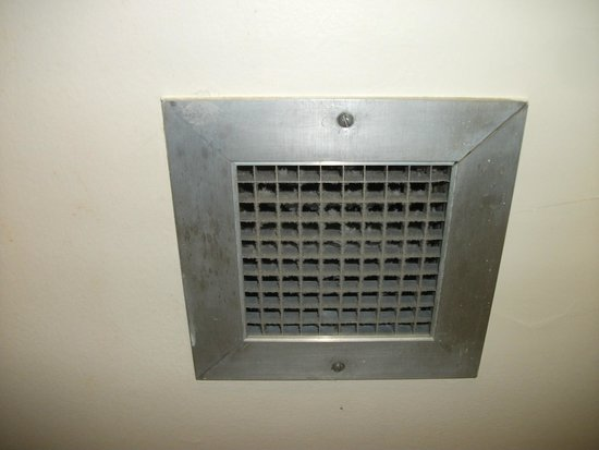 Coast Plaza Hotel & Suites: The dusy bathroom vent that didn't work