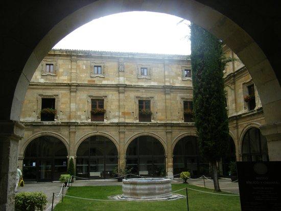 Hotel Real Colegiata de San Isidoro: Uno de los patios del hotel