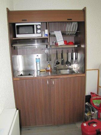 la cuisinette (liquide vaisselle et éponge non fournis)