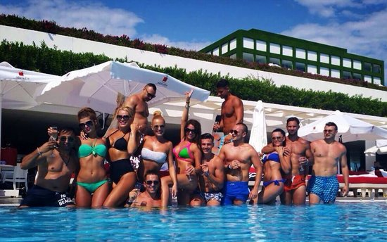 Adam & Eve Hotel: Party all day at the pool