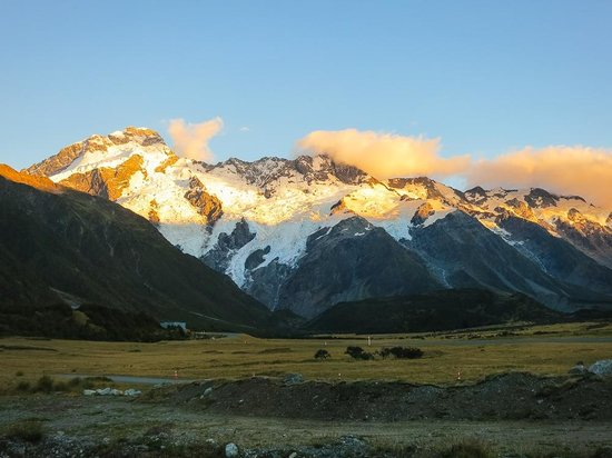 Aoraki Court Motel at Aoraki/Mt Cook Village : Sunset view from our room.
