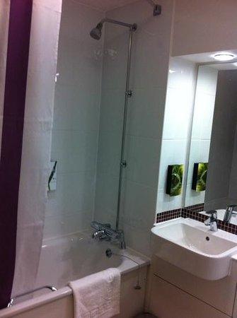 Premier Inn Leeds City Centre Hotel : clean modern bathroom