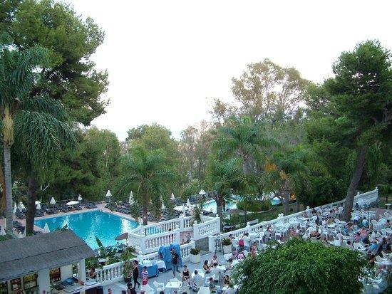 Hotel Roc Costa Park: Piscina y área de animación