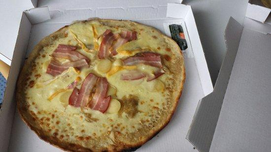 """creperie des isles : Pizza savoyarde. Garniture au centre pâte pré cuite abominable .... Carniture """"jetée""""  sur la pi"""