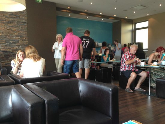 Motel One München City-Ost: Breakfast in lobby