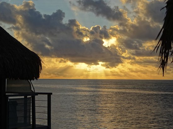 Manava Beach Resort & Spa - Moorea: Sunset at the hotel