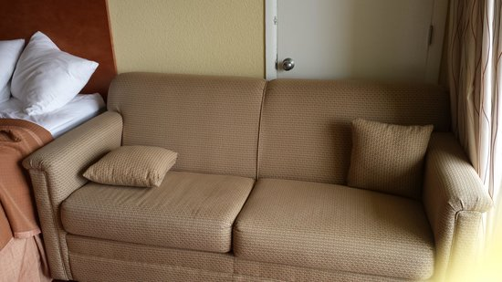 Howard Johnson Inn Ocean City Oceanfront: Loveseat pushed into tight space