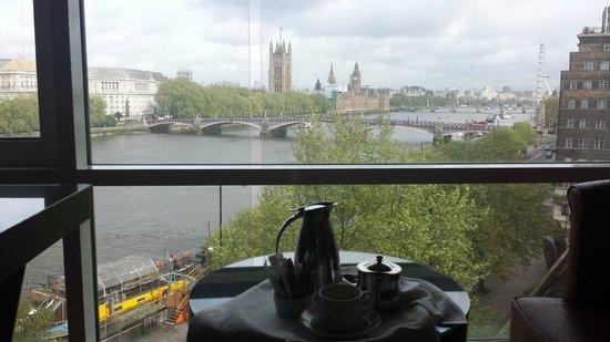 Park Plaza Riverbank London: fantastisk, roomservice og kaffe på senga