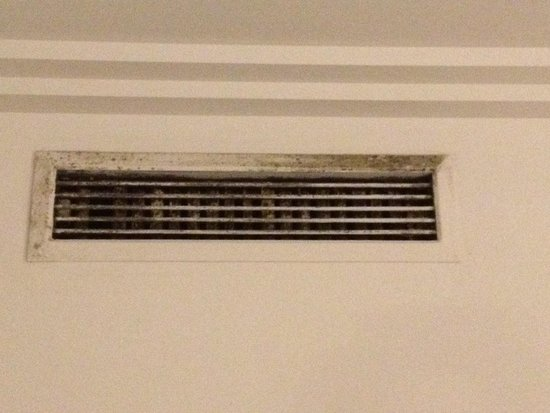 Hotel SB Ciutat de Tarragona: Air Con doesn't work. But the vent blowing warm air is disgusting.