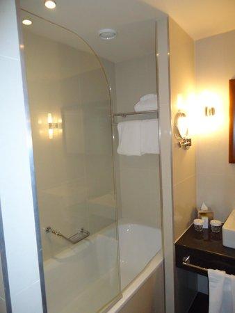 DoubleTree by Hilton Hotel Bratislava: Bathroom 2
