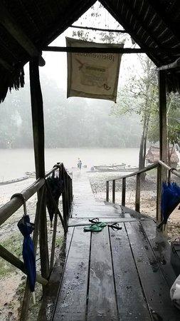 Muyuna Amazon Lodge : Rain at the entrance to the lodge
