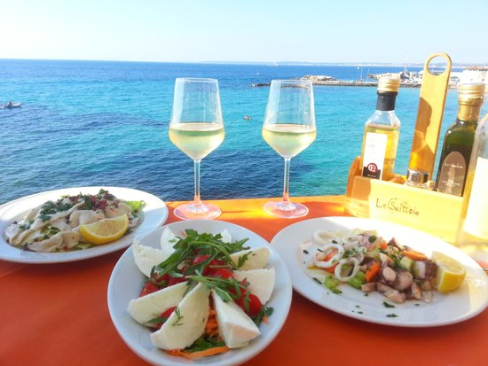 Lo scoglio delle sirene: моцарелла буфало, карпаччо из рыба-меч, салат с морепродуктами