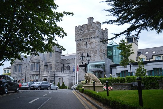 Clontarf Castle Hotel: front of hotel