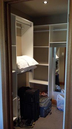 Wanaka Luxury Apartments: Roomy Closet
