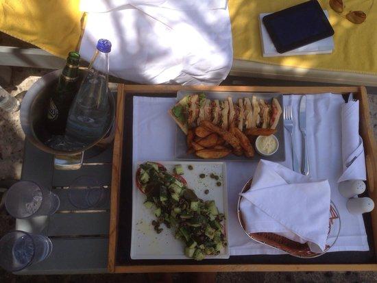 Santorini Kastelli Resort: Lunch at the pool