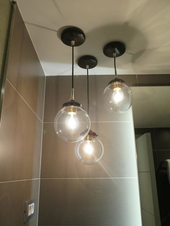 Hotel UNIC Prague: I loved the lights in the bathroom!