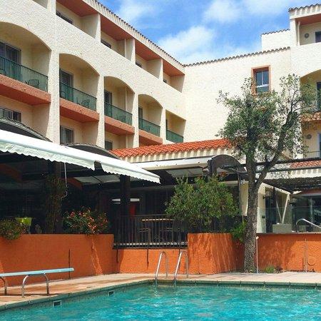 Le Mas des Arcades : Une piscine agréable et une terrasse sympathique pour les repas !