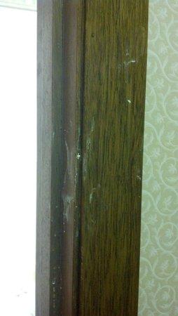 Days Inn Maumee/Toledo: Bathroom door frame.