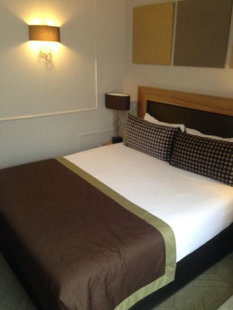 Hotel Galileo: Large and comfortable double bed