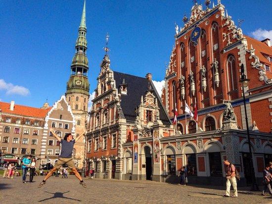 Riga Town Hall Square: La plaza! Un salto de alegría.