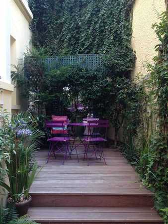 Hotel Galileo : Petite garden; Lovely area to sit and have a drink.