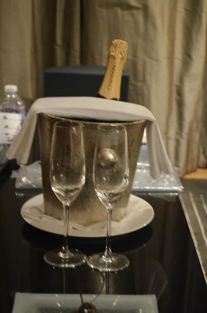 Palacio Duhau - Park Hyatt Buenos Aires: champagne for our anniverary on the house