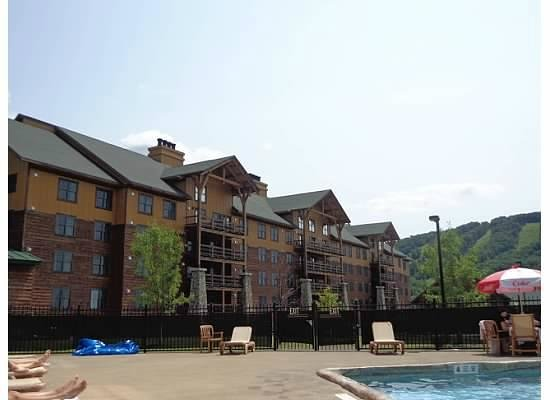 Hope Lake Lodge & Conference Center: A view from the pool deck