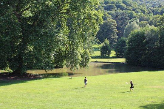 Chateau de Barbirey: Pond in the garden