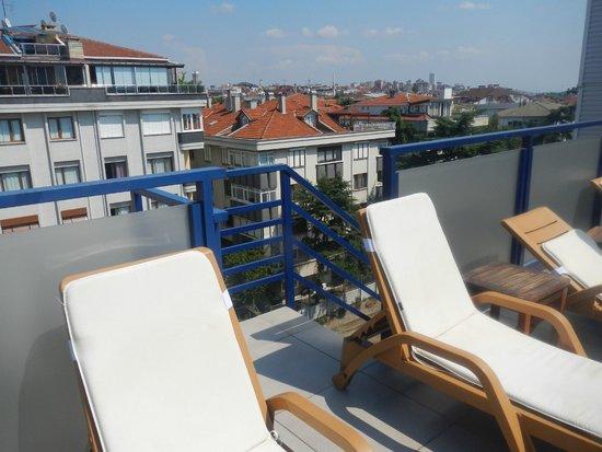 Elite Hotel Kucukyali: terrasse dangereuse et non sécurisée,un escalier sans barrière ou un enfant pourrait se blesser