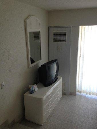 Sunset Royal Beach Resort: Única refrigeración del cuarto