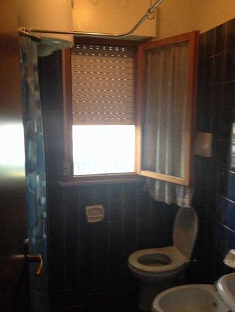 Residence Valbella: Bagno dove il pavimento del bagno funge da piatto della doccia.