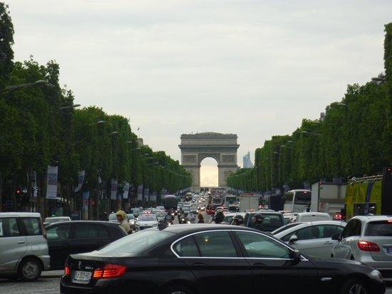 Champs-Élysées : 凱旋門方面