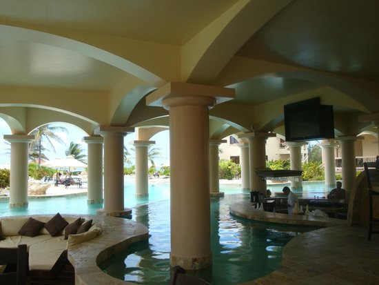 Coco Beach Resort: Pool view from tables for dining.