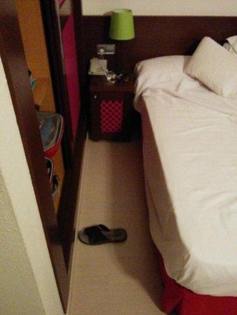 H10 Vintage Salou: 40 centrimetros entre el armario y la cama