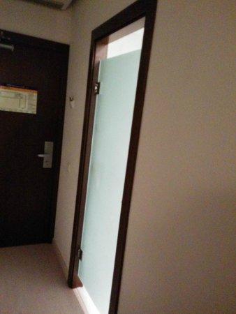 H10 Vintage Salou: Una puerta de cristal en el baño y encima ciego sin salida de olores.