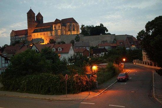 Romantik Hotel am Brühl: Castle above Hotel