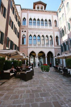 SINA Centurion Palace: Innenhof mit Lounge