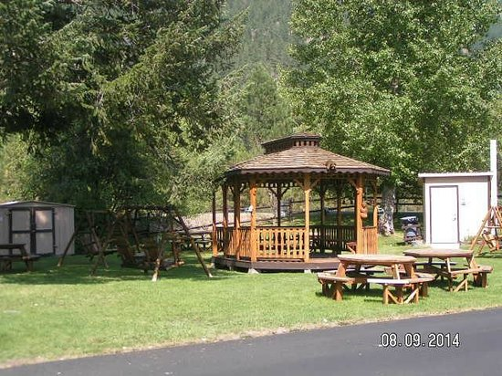 Turah RV Park: Gazebo, picnic tables and lawn swings