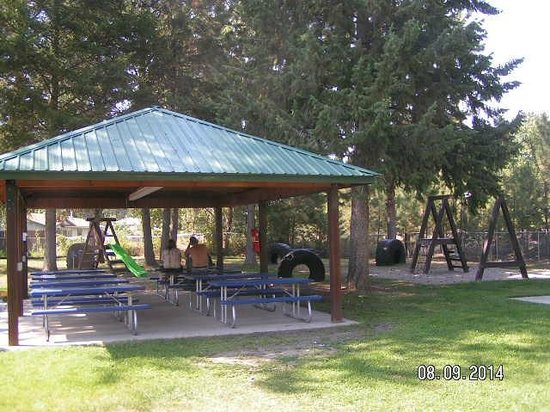 Turah RV Park: Pavillion and Playground