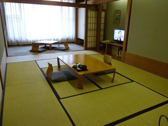 Hakone Yunohana Prince Hotel: Mesa baixinha e a cadeirinha é no chão