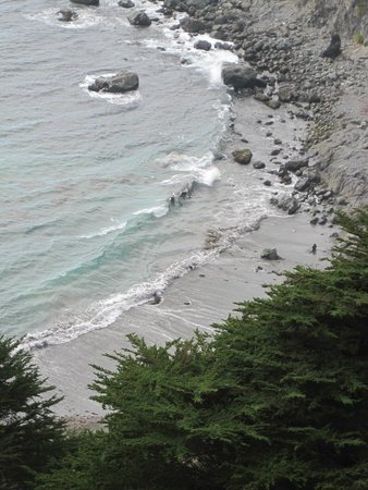 Ragged Point Inn and Resort: View from top of trail to the beach
