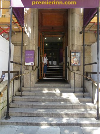 Premier Inn London County Hall Hotel : Those step to the lobby