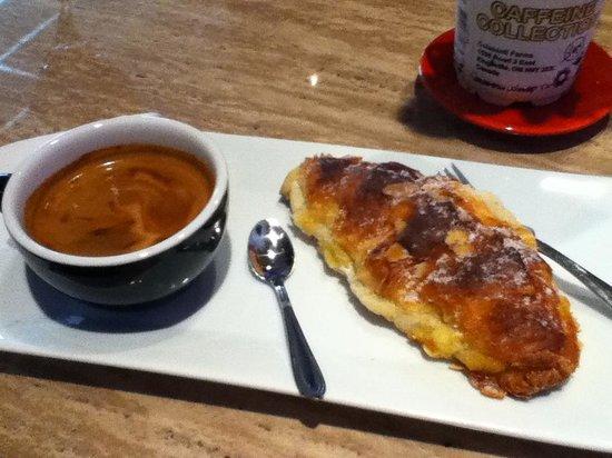 Le Moussonneur Cafe & The Lounge : Allongé et viennoiserie