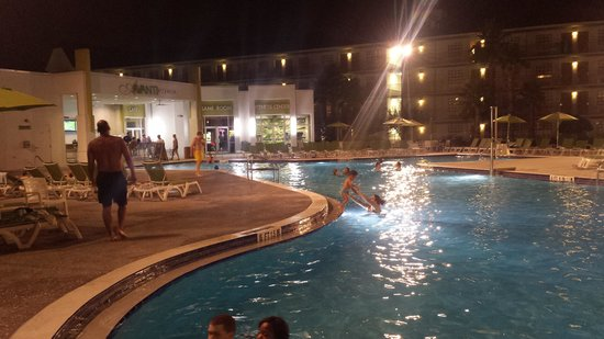 Avanti International Resort: pool @nite