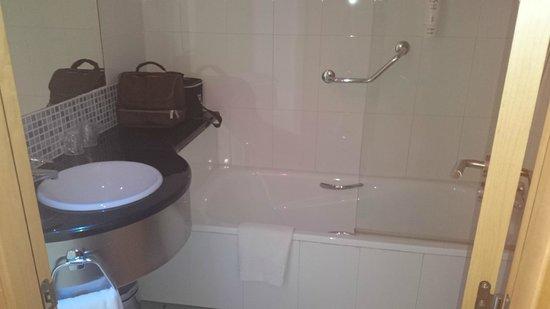 Hotel GIT Ciudad de Zaragoza : Lavabo y bañera con la mampara de cristal