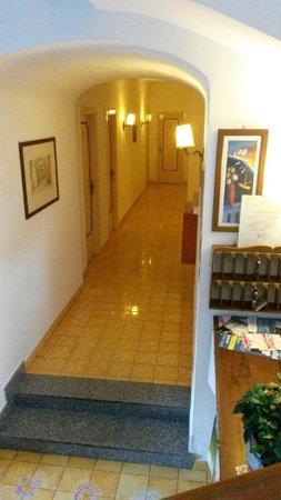Hotel Villa Hermosa: Corridoio stanze piano terra