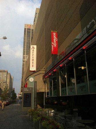 Toronto Marriott Bloor Yorkville Hotel : View from Bloor Street