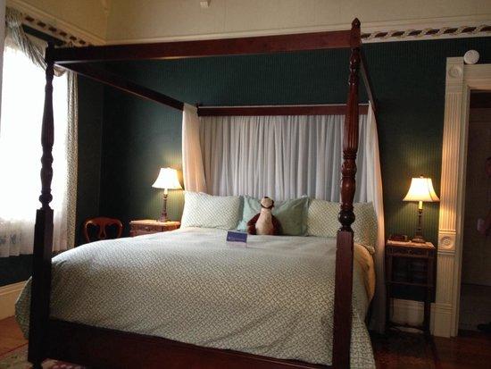 Green Gables Inn, A Four Sisters Inn: King bed in Room 6