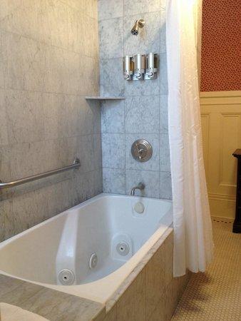 Green Gables Inn, A Four Sisters Inn: Bath with spa in room 6