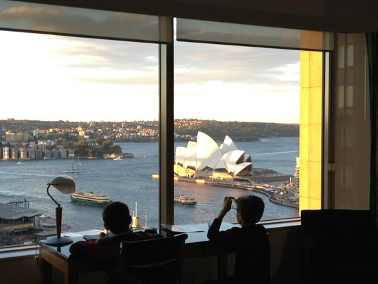 Quay West Suites Sydney: The stunning view from the living room.